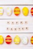 Páscoa feliz! Ovos coloridos da Páscoa no fundo de madeira branco Vista superior com espaço da cópia foto de stock