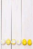 Páscoa feliz! Ovos da páscoa no fundo de madeira branco Vista superior com espaço da cópia foto de stock