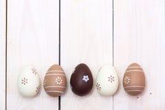 Páscoa feliz! Ovos da páscoa pintados na cor pastel no fundo de madeira branco Vista superior com espaço da cópia fotos de stock royalty free