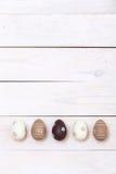 Páscoa feliz! Ovos da páscoa pintados nas cores pastel no fundo de madeira branco Vista superior com espaço da cópia fotografia de stock