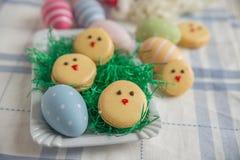 Páscoa Macarons com ovos da páscoa Fotos de Stock