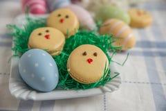 Páscoa Macarons com ovos da páscoa Foto de Stock Royalty Free