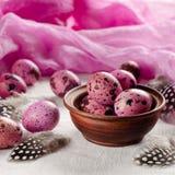 Páscoa Os ovos cor-de-rosa minúsculos e as penas bonitas Imagens de Stock