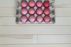Páscoa Os ovos da páscoa cor-de-rosa estão no suporte de ovo A vista da parte superior Máscaras pasteis do rosa Fotos de Stock Royalty Free