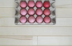 Páscoa Os ovos da páscoa cor-de-rosa estão no suporte de ovo A vista da parte superior Máscaras pasteis do rosa Fotos de Stock