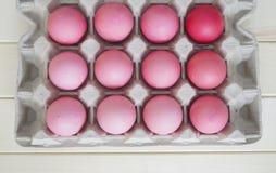 Páscoa Os ovos da páscoa cor-de-rosa estão no suporte de ovo A vista da parte superior Máscaras pasteis do rosa Imagens de Stock
