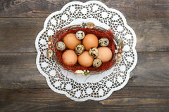 Páscoa, ovos da páscoa em uma cesta em um fundo de madeira Imagem de Stock Royalty Free