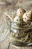 Páscoa - ovos de codorniz com feno em um frasco em uma madeira velha do vintage Imagens de Stock Royalty Free