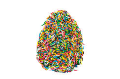 A Páscoa polvilha, confeitos no ovo do formulário, isolado no fundo branco Fotos de Stock