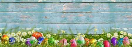 Páscoa - prado com fundo do ovo da páscoa e o de madeira Fotografia de Stock Royalty Free
