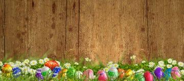 Páscoa - prado com fundo do ovo da páscoa e o de madeira Imagens de Stock