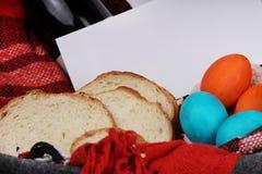 Páscoa Tabela da Páscoa composição do éster com ovos da páscoa, videira, pão e envelope com texto fotografia de stock royalty free