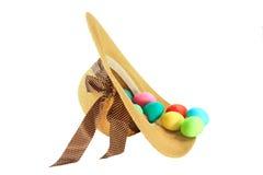 A Páscoa tingiu ovos no chapéu formado mola da mulher imagens de stock