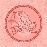 Pássaro cor-de-rosa bonito com um coração em uma corda em seu bico Fotos de Stock Royalty Free