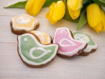 Pássaro da Páscoa e cookies dadas forma flor Foto de Stock