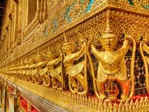 Pássaro de Garuda no ouro, decoração do palácio Banguecoque dos reis, Tailândia Imagem de Stock Royalty Free