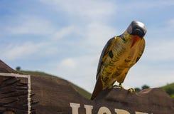 Pássaro de madeira para a decoração foto de stock