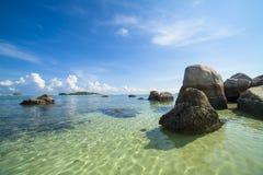 Pássaro de pedra na ilha do belitung imagens de stock royalty free