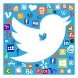 Pássaro de Twitter entre ícones sociais dos meios ilustração do vetor