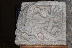 Pássaro mitológico antigo cinzelado fora da pedra fotografia de stock