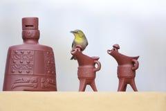 Pássaro no utensílio do vinho foto de stock
