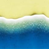 Pássaro-vista das ondas que rolam sobre a praia Imagens de Stock