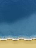 Pássaro-vista das ondas que rolam sobre a praia ilustração royalty free