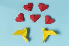 Pássaros amarelos e corações vermelhos origami Vale-oferta para o ` s do Valentim imagem de stock