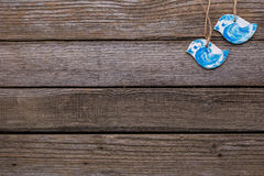 Pássaros azuis no fundo de madeira Fotos de Stock