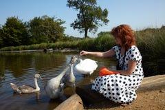 Pássaros de alimentação da menina Fotos de Stock Royalty Free