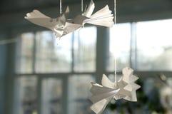 Pássaros de papel do Craftwork na fibra em casa Fotos de Stock Royalty Free