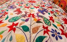 Pássaros e animais bonitos na superfície da colcha colorida de matéria têxtil do vintage Projeto asiático velho do mercado Imagem de Stock Royalty Free