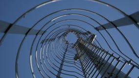 Pássaros em uma estrutura do metal no fundo do céu azul vídeos de arquivo