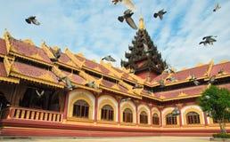 Pássaros que passam através do templo Foto de Stock