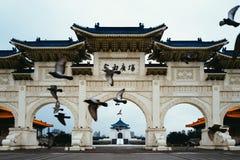 Pássaros que voam na frente de Chiang Kai Shek Memorial Hall imagens de stock