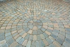 Pátio circular do jardim do tijolo do teste padrão fotografia de stock