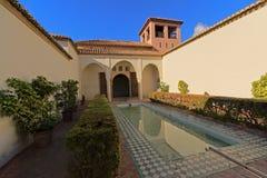 Pátio com a associação no castelo do moorish de Alcazaba em Malaga foto de stock