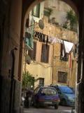 Pátio com a lavanderia prolongada vista por um arco a Palermo, Sicília em Itália foto de stock royalty free