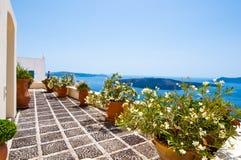 Pátio confortável com as flores na cidade de Fira na ilha de Thera (Santorini), Grécia imagens de stock royalty free