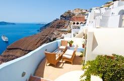 Pátio confortável em Fira na ilha de Thera (Santorini), Grécia imagem de stock