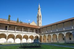 Pátio da basílica Santa Croce Basilica da cruz santamente em Florença, Italia fotografia de stock royalty free