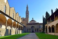 Pátio da basílica Santa Croce em Florença, Italia foto de stock
