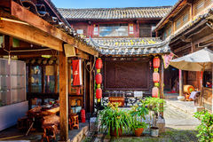 Pátio da casa de madeira do chinês tradicional, Lijiang, China Foto de Stock