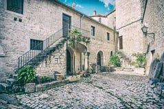 Pátio da casa privada, Trogir, filtro análogo imagens de stock