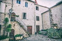 Pátio da casa privada, Trogir, filtro análogo imagens de stock royalty free