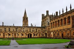 Pátio da construção da universidade de Oxford, Reino Unido imagem de stock royalty free
