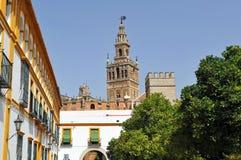 Pátio de Banderas e o Giralda elevam-se, Sevilha, a Andaluzia, Espanha Foto de Stock Royalty Free