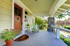 Pátio de entrada coberto coberto. HOME do estilo do artesão. imagem de stock royalty free