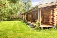 Pátio de entrada coberto da cabana rústica de madeira velha. fotos de stock royalty free