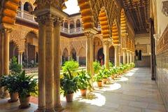 Pátio de las Doncellas, Alcazar real em Sevilha, Espanha imagem de stock